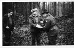 Dawnych wspomnień czar - kierownik polowania kol. Edward Śliwka wręcza dyplom Króla polowania kol.Marianowi Woźniakowi