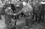 Dawnych wspomnień czar - chrzest młodego Nemroda - Kazimierz Płonka dokonuje uroczystego chrztu zaproszonego gościa Alfreda Kowalskiego ,który strzelił swojego pierwszego w życiu dzika
