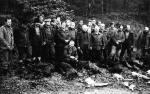 Dawnych wspomnień czar - 1986 - wspólne zdjęcie przy pokocie po polowaniu zbiorowym.